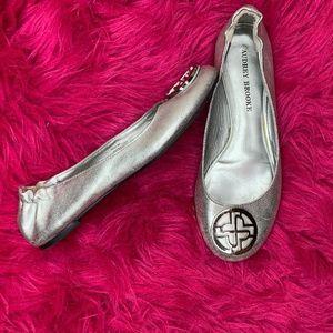 💜audrey brooke paris flats silver Sz 8M